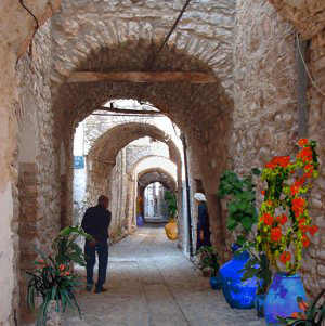 Σοκάκι με καμάρες στο μεσαιωνικό πετρόχτιστο χωριό Μεστά στην Νότια Χίο